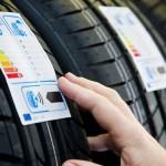 un consommateur lit l'étiquette d'un pneu