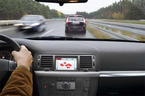 vue de l'habitacle d'une voiture qui s'apprête à freiner derrière un autre véhicule