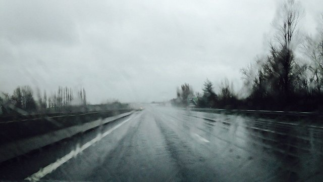 photo de pluie sur l'autoroute prise dans une voiture