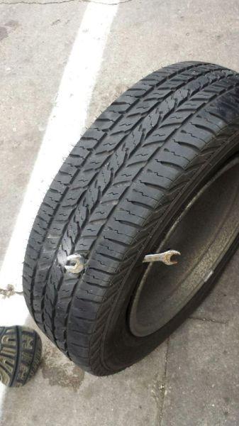 pneu avec une clé enfoncée