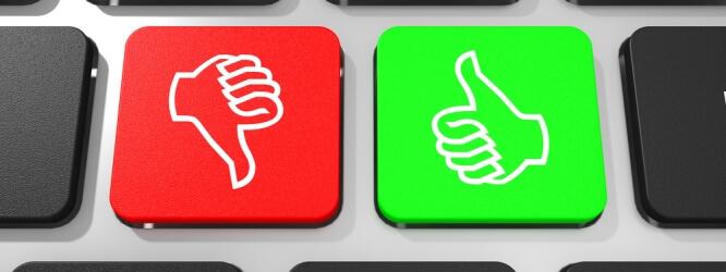 clavier avec un pouce en bas sur fond rouge, un pouce en haut sur fond vert