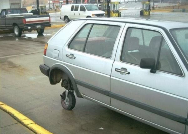 voiture avec une petite roue bricolée