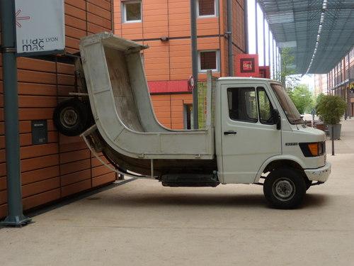 camionnette tordue contre un mur