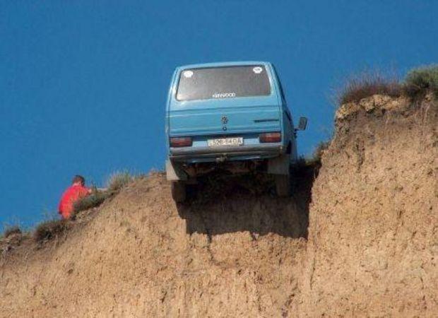 arrière d'une voiture au bord d'un précipice