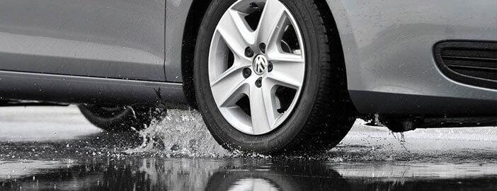 vue d'un pneu sur sol mouillé